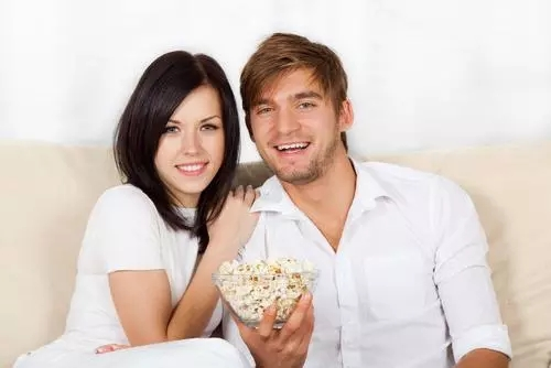 couple-watching-tv-and-eating-popcorn